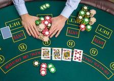 Close-up van pookspeler met speelkaarten en spaanders Stock Afbeelding