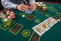 Close-up van pookspeler met speelkaarten en spaanders Royalty-vrije Stock Foto