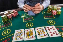 Close-up van pookspeler met speelkaarten en spaanders Royalty-vrije Stock Foto's