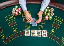 Close-up van pookspeler met speelkaarten en spaanders Stock Foto's