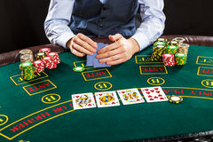 Close-up van pookspeler met speelkaarten en spaanders Stock Fotografie