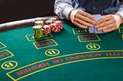 Close-up van pookspeler met speelkaarten en spaanders Stock Foto