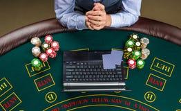 Close-up van pookspeler met speelkaarten, laptop en spaanders Royalty-vrije Stock Foto