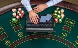 Close-up van pookspeler met speelkaarten, laptop en spaanders Royalty-vrije Stock Afbeeldingen