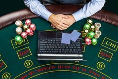 Close-up van pookspeler met speelkaarten, laptop en spaanders Stock Foto