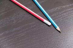 Close-up van potloodgom op houten lijst, zachte nadruk De fout wist concept verbeter of wis afgelopen fouten stock foto