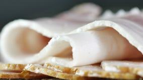 Close-up van prachtig opgemaakte plakken van ruw bacon, cameraspanwijdte langs opgemaakte plakken van bacon stock video