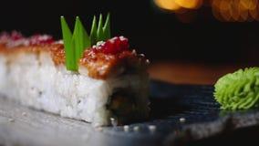 Close-up van prachtig verfraaide sushibroodjes op plaat met wasabi Kader Professioneel voorbereide en verfraaide sushi stock footage