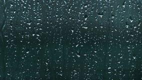 Close-up van regendruppeltjes die op venster vallen Regenachtige dag stock video