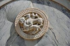 Close-up van in reliëf gemaakt marmeren beeldhouwwerk van dieren op voorgevel van de oude bouw in Venetië Stock Foto