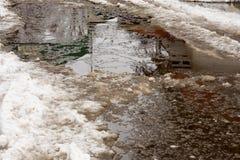 Close-up van reusachtige vulklei van sneeuw op stadsstraten De schaduw van Stock Afbeelding