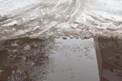 Close-up van reusachtige vulklei van sneeuw op stadsstraten De schaduw van Royalty-vrije Stock Foto
