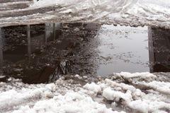 Close-up van reusachtige vulklei van sneeuw op stadsstraten De schaduw van Stock Afbeeldingen