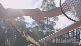 Close-up van rijpe paar het schudden handen na het spelen van tennis op de tennisbaan Actieve vrije tijd in openlucht Hogere mens stock video