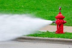 Close-up van rode brandkraan met hoge druknevel royalty-vrije stock afbeeldingen