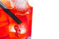 Close-up van rode cocktail met ijsblokjes en stro op witte achtergrond Stock Foto