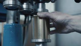 Close-up van rollende blikken in productie stock video
