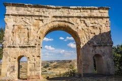 Close-up van Roman boog en rug het dorp van Medinaceli Soria Spain stock foto