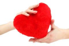 Close-up van rood houten hart in vrouwelijke handen Royalty-vrije Stock Foto's