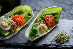 Close-up van salade met kwartelsei, tomaat en avocado stock afbeelding