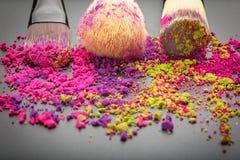 Close-up van samenstellingsborstels met kleurrijk poeder Royalty-vrije Stock Afbeelding