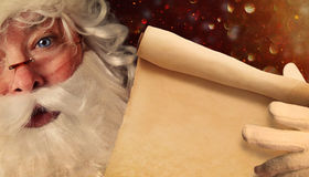Close-up van Santa Claus die Santa List houden royalty-vrije stock foto's