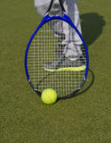 Close-up van schoenen met het de tennisracket en bal in openlucht Royalty-vrije Stock Foto's