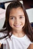 Close-up van Schoolmeisje die in Klaslokaal glimlachen royalty-vrije stock foto