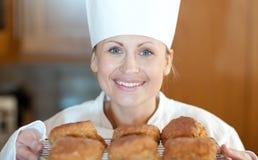Close-up van sconen van een de vrouwelijke chef-kokbaksel stock afbeelding