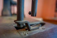 Close-up van selectieve nadruk van oude naaimachine royalty-vrije stock foto