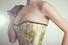 Close-up van sexy jonge vrouw in korset met gouden embroide wordt geschoten die Stock Fotografie