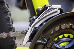 Close-up van Shimano-Toernooi voorderailleur op fiets chainwhe Royalty-vrije Stock Fotografie