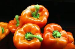 Close-up van Shinny de rode Kaspische zoete groene paprika's tegen zwarte backgound Royalty-vrije Stock Fotografie