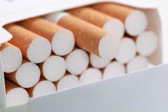 Sigaretten in een pak stock afbeeldingen