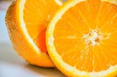 Close-up van sinaasappel in de helft wordt gesneden die Royalty-vrije Stock Foto