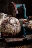 Close-up van smakelijk brood op snijmachine royalty-vrije stock afbeelding