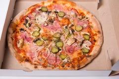 Close-up van smakelijke Italiaanse pizza met ham wordt geschoten, en ui die Royalty-vrije Stock Foto's