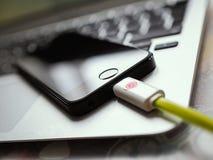 Close-up van smartphone het laden Royalty-vrije Stock Foto's
