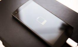 Close-up van smartphone met laag batterijsymbool Stock Foto's