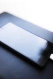 Close-up van smartphone met laag batterijsymbool Stock Foto