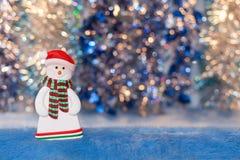 Close-up van sneeuwmanbeeldje op kleurrijke achtergrond bokeh Stock Fotografie