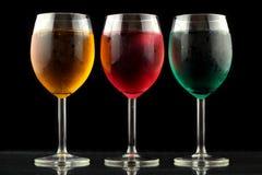 Close-up van sommige glazen met cocktails van verschillende kleuren in nachtclub Stock Foto
