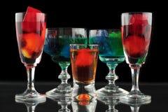 Close-up van sommige glazen met cocktails van verschillende kleuren in nachtclub Stock Foto's