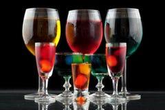 Close-up van sommige glazen met cocktails van verschillende kleuren in nachtclub Stock Afbeeldingen