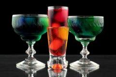 Close-up van sommige glazen met cocktails van verschillende kleuren in nachtclub Royalty-vrije Stock Foto