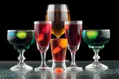 Close-up van sommige glazen met cocktails van verschillende kleuren in nachtclub Royalty-vrije Stock Afbeeldingen