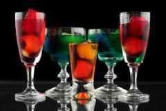 Close-up van sommige glazen met cocktails van verschillende kleuren in nachtclub Stock Fotografie
