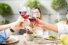 Close-up van sommige vrienden die wijn drinken stock foto