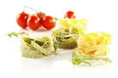 Close-up van spanach, de deegwaren van basilicumtagliatelle, fettuccinenest, r stock fotografie