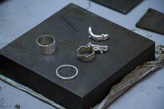 Close-up van spatie voor handproductie van zilveren ringen en oorringen door hoofdjuwelier royalty-vrije stock foto
